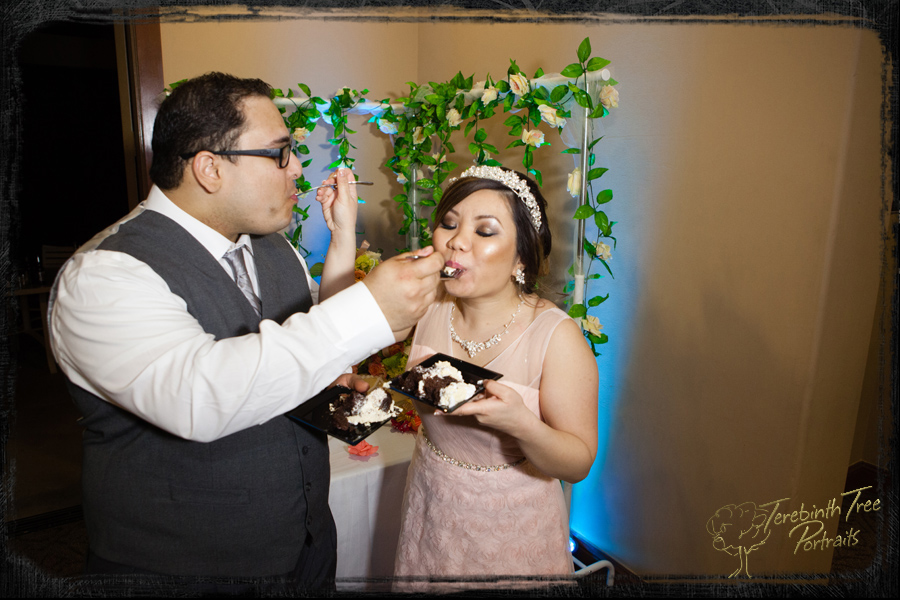 Reception moment - eating wedding cake